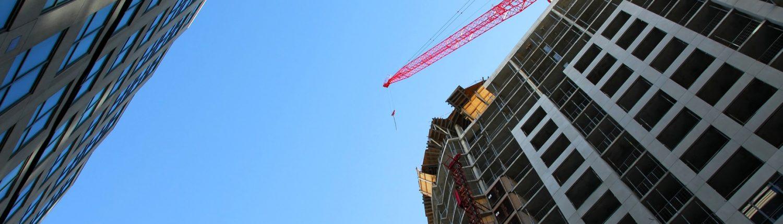 Grue rouge au dessus d'un immeuble