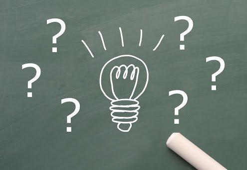 Ampoule et point d'interrogation dessinée à la craie sur un tableau