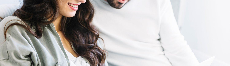Couple qui se renseigne sur internet