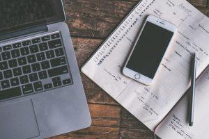 Bureau avec un Mac et un IPhone