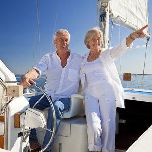 Couple âgé sur un voilier