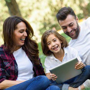 Famille rigolant avec une tablette