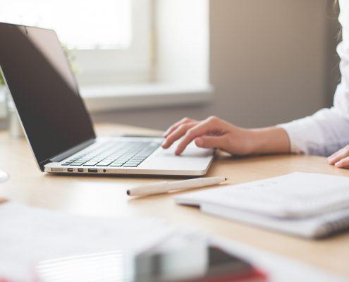 Femme qui travail sur un ordinateur
